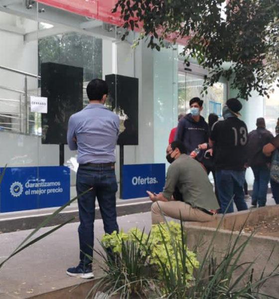 Capitalinos hacen largas filas en tienda que remata sus productos