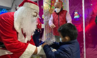 Lleva regalos Santa Claus a niñas y niños en el penal de Santa Martha