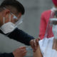 Dos enfermeras y un médico, primeras personas en recibir vacuna de Pfizer en México