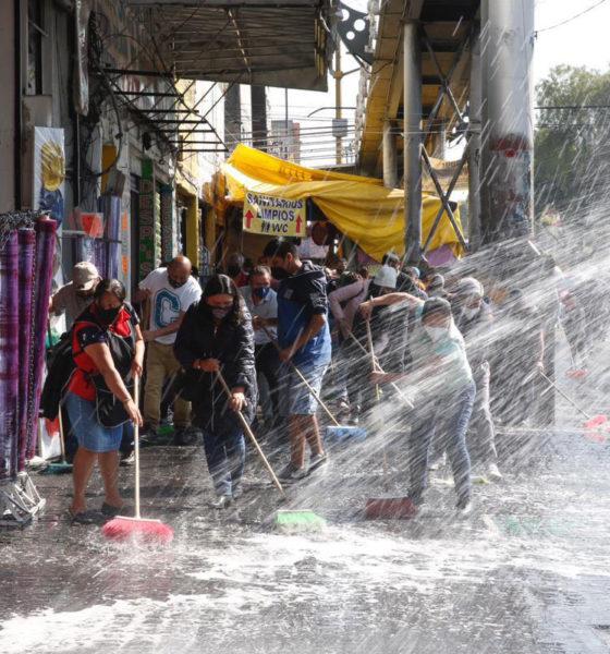 Comerciantes limpian y sanitizan La Merced