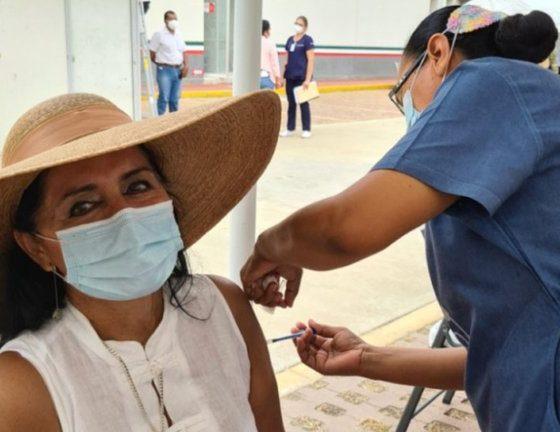 Regidora se inyecta la vacuna contra el Covid. Foto: Facebook