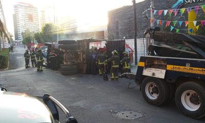 Vuelca camión de carga cerca del Periférico