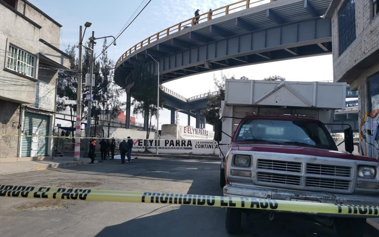 Cae mujer motociclista de puente vehicular