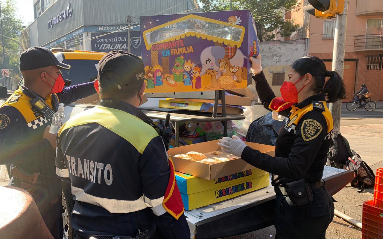 Policías regalan juguetes a niños en Día de Reyes
