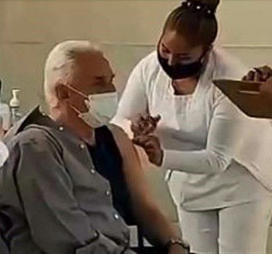 Enrique Guzmán se vacuna contra el covid