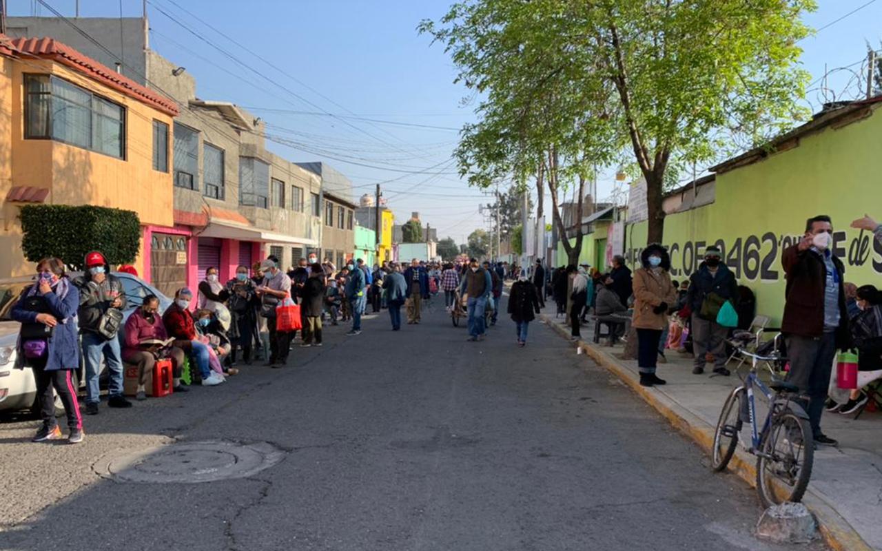 En el segundo día de vacunación contra el Covid-19 en Ecatepec, Estado de México, miles de personas acudieron a los centros ubicados en diferentes colonias del municipio.