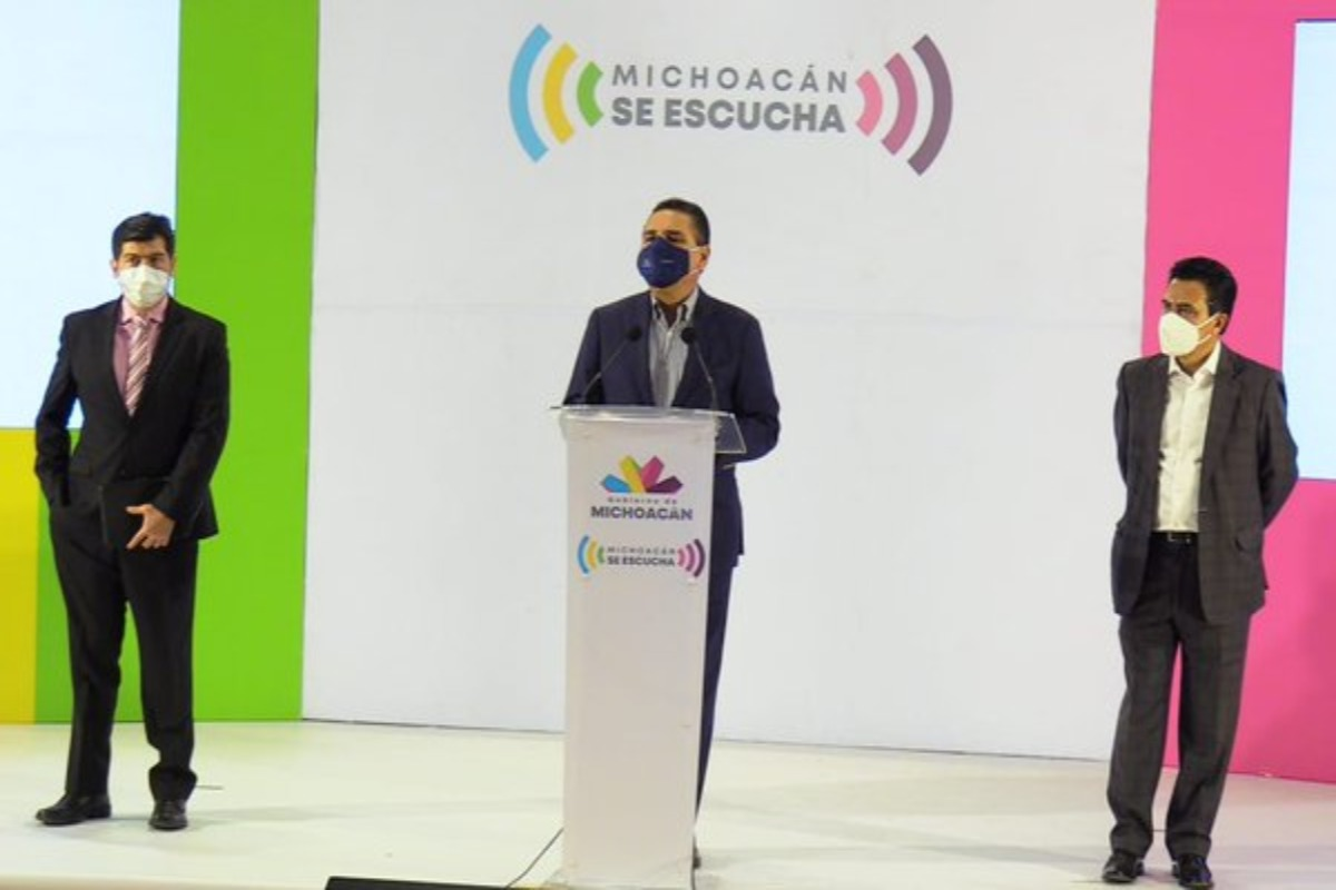 Silvano Aureoles sufre hemorragia nasal en plena rueda de prensa
