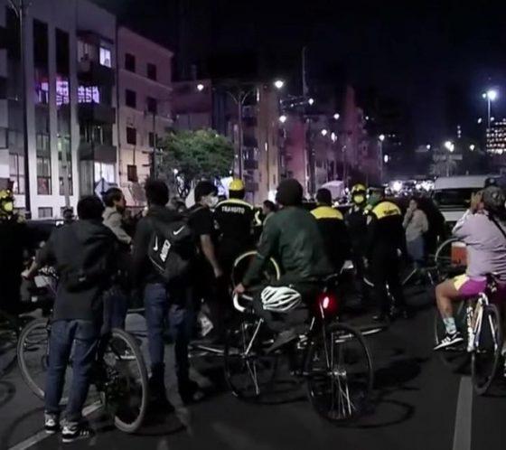 Policías y ciclistas se pelearon. Foto: Youtube