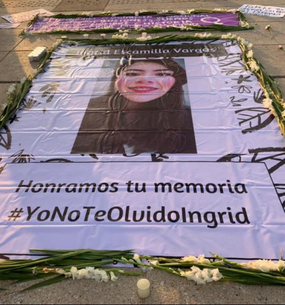 Montan ofrenda en memoria de Ingrid Escamilla en Monumento a a la Revolución
