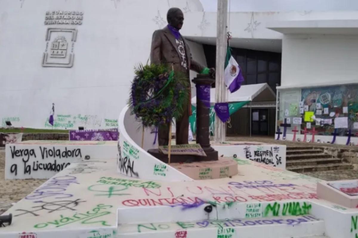 Feministas quitan bandera mexicana; colocan pañuelo verde y bloquean acceso al Congreso de QRoo