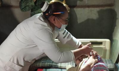 Personal de salud lleva vacunas a casas de adultos mayores