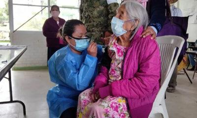 Abuelitos de más de 100 años reciben vacuna contra Covid-19