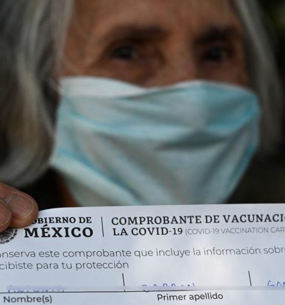 Policías ayudan a abuelitos en módulos de vacunación