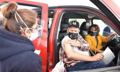 Inicia vacunación de adultos mayores desde sus autos en Edomex