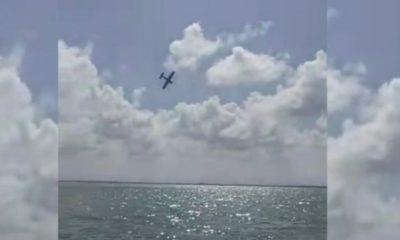 Se desploma avioneta en laguna de Cancún; dos muertos