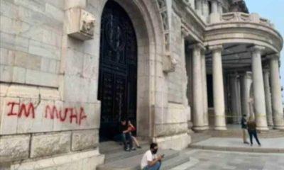 Turista grafitea el Palacio de Bellas Artes. Foto: Israel Lorenzana