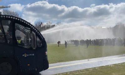 Utilizan cañones de agua para dispersar a manifestantes en Ámsterdam. Foto: Twitter