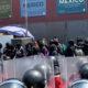 Feministas encapuchadas insultan a mujeres policías