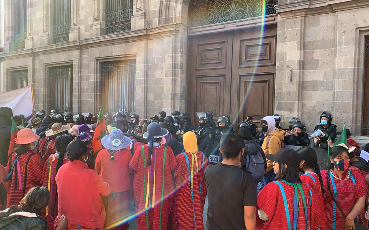 Con portazo, triquis piden audiencia con López Obrador