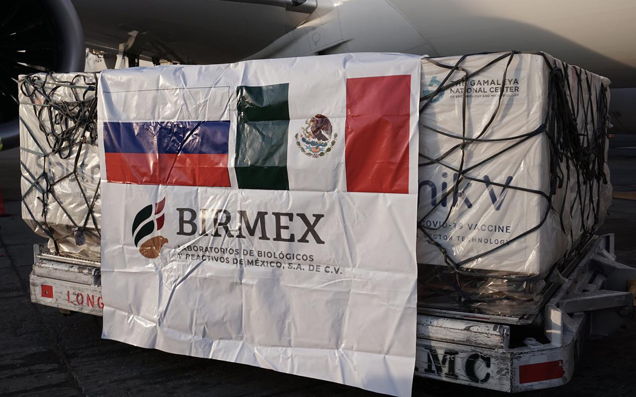 Llegan miles de vacunas Pfizer y Sputnik V a México