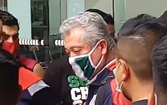 Aficionados de Chivas encaran a Vucetich. Foto: Especial