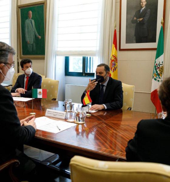 Ebrard hace escala exprés en España
