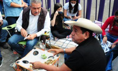 Raúl Morón y Félix Salgado Macedonio, comen durante el plantón afuera de las instalaciones del INE. Foto: Cuartoscuro