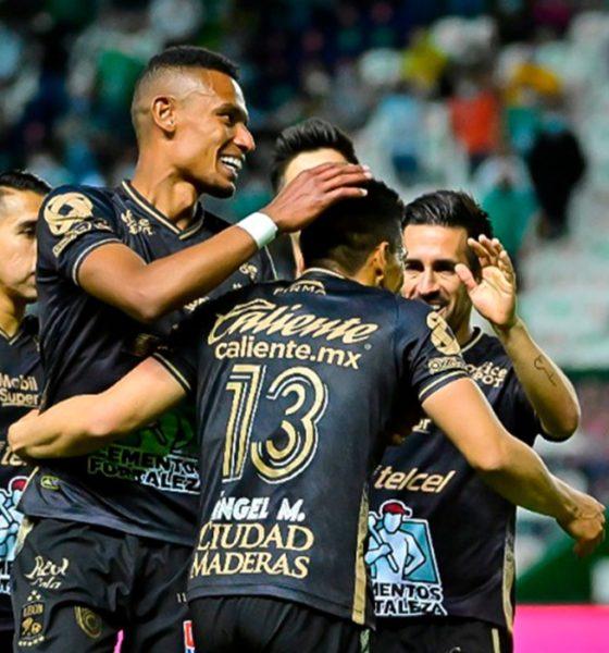Zarpazo de León en el Nou Camp. Foto: Twitter Liga MX