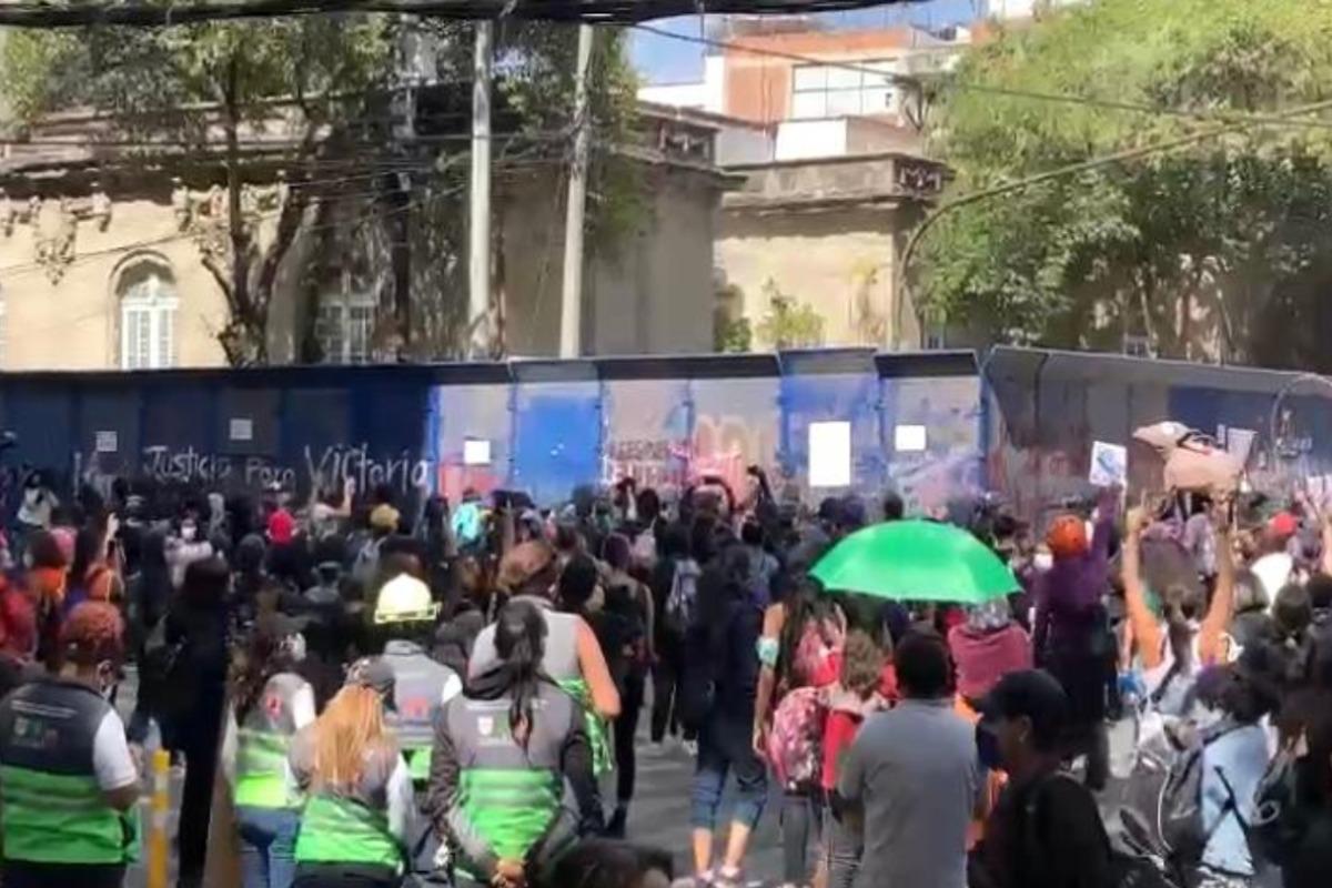 Feministas vandalizan y causan destrozos por caso Victoria Salazar