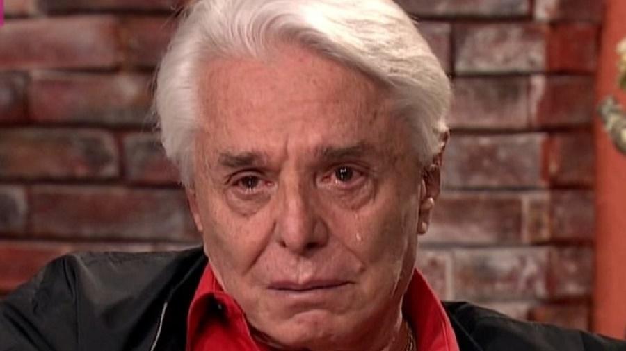 Enrique Guzmán llora