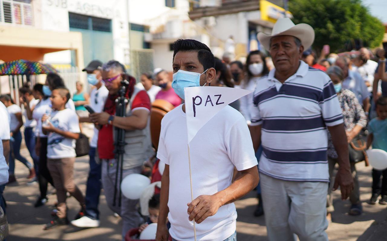 Iglesia auxilia a familias de Aguililla en su éxodo forzado