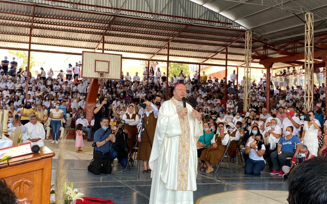 """""""Están al pie de la cruz, pero no están solos"""": Nuncio a habitantes de Aguililla"""