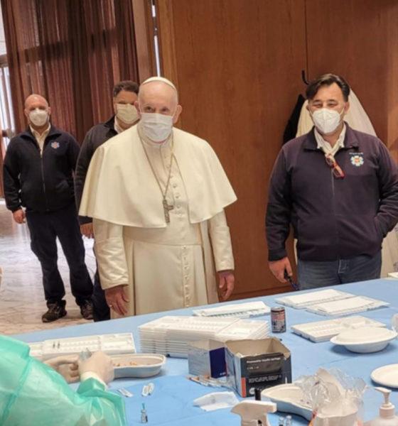 Papa visita a personas sin hogar vacunadas contra el Covid