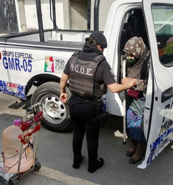 """Policías dan """"aventón"""" a abuelita que llevaba garrafón de agua"""