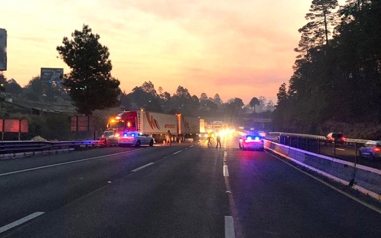 Se incendia tráiler en autopista México-Puebla