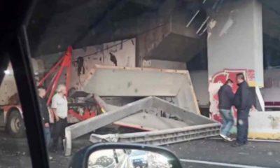 Se desploma estructura metálica de un puente vial en Tlalnepantla