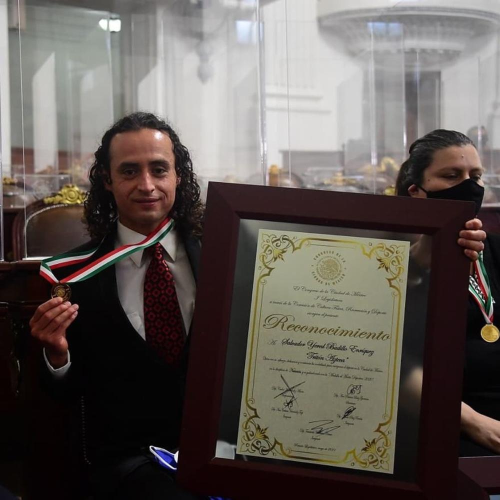 Recibe Salvador Badillo medalla al mérito deportivo. Foto: UNAM