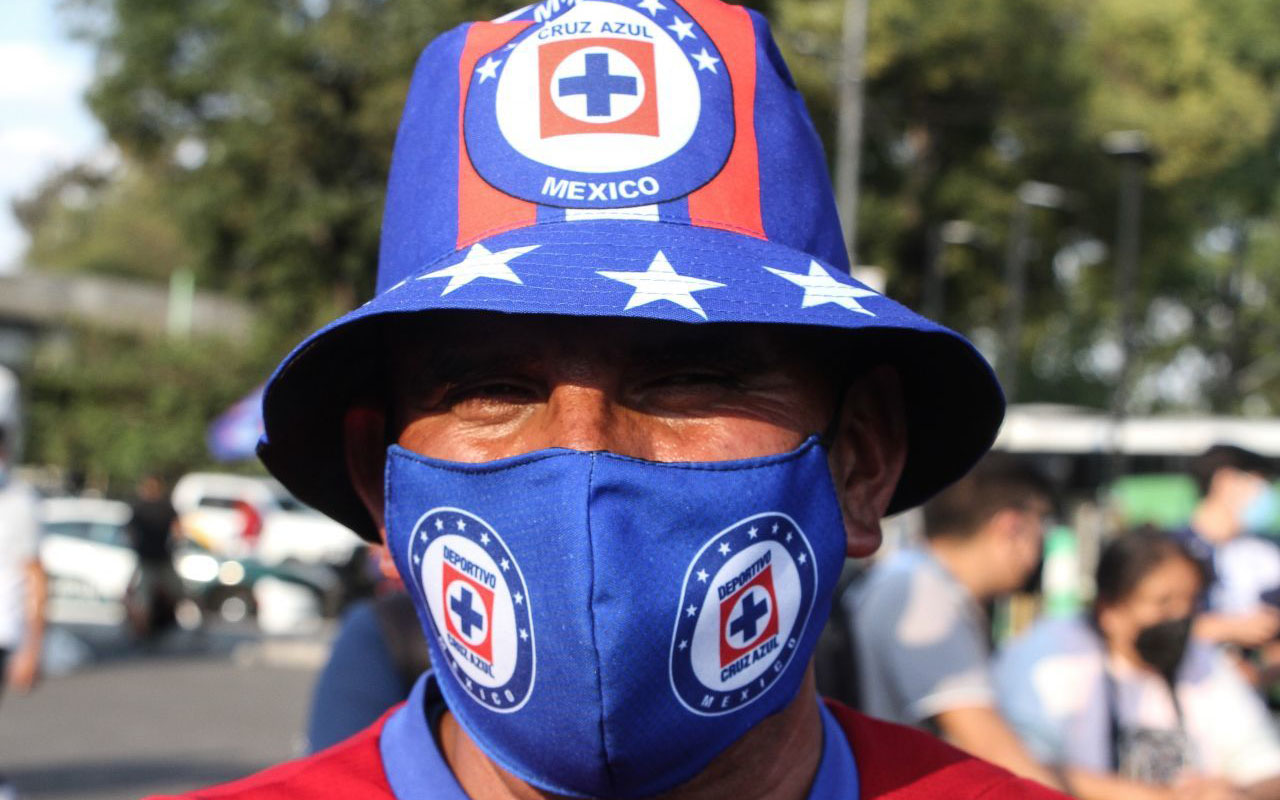 Convierten playeras de fútbol en cubrebocas