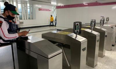 Feministas destruyen lectores de tarjetas del Metro