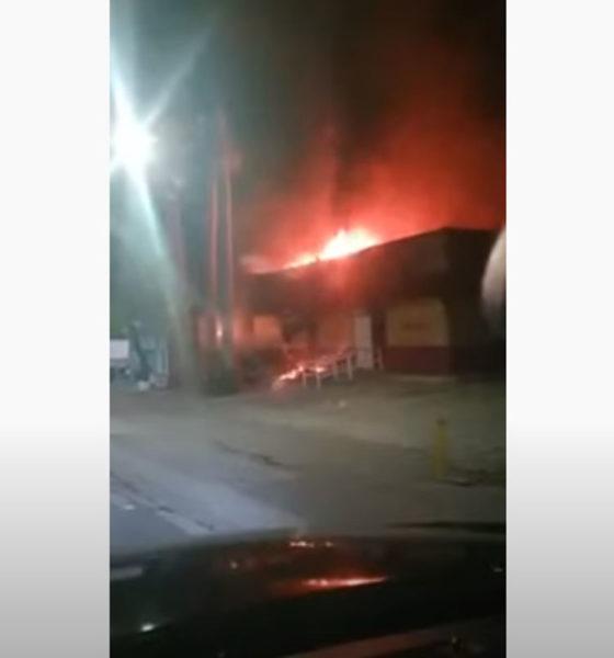 Normalistas queman oficinas del INE en Chiapas
