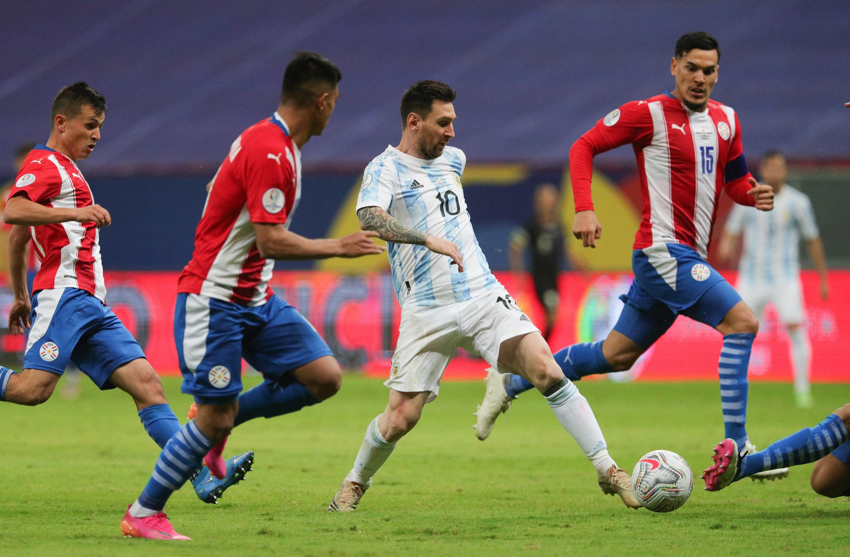 Argentina le pega a Paraguay. Foto: Twitter