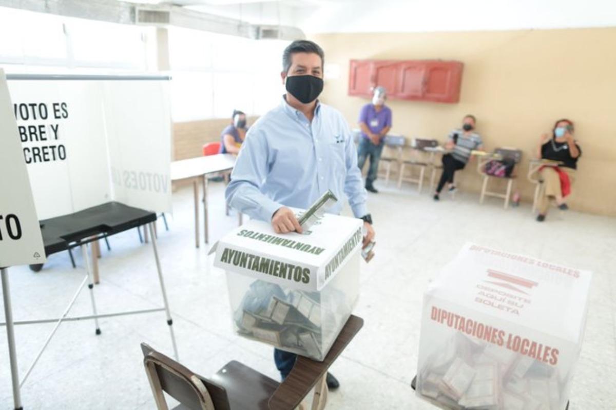 """""""Aquí no hay disturbios, como en otros estados"""", dice Cabeza de Vaca al emitir su voto"""