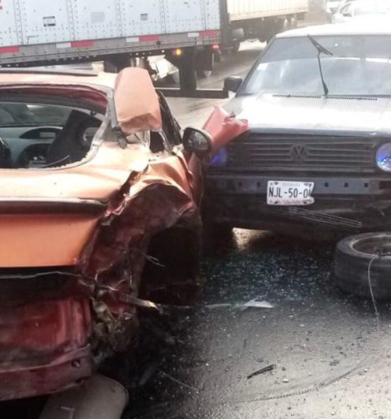 Tráiler arrolla vehículos y combi en Ecatepec