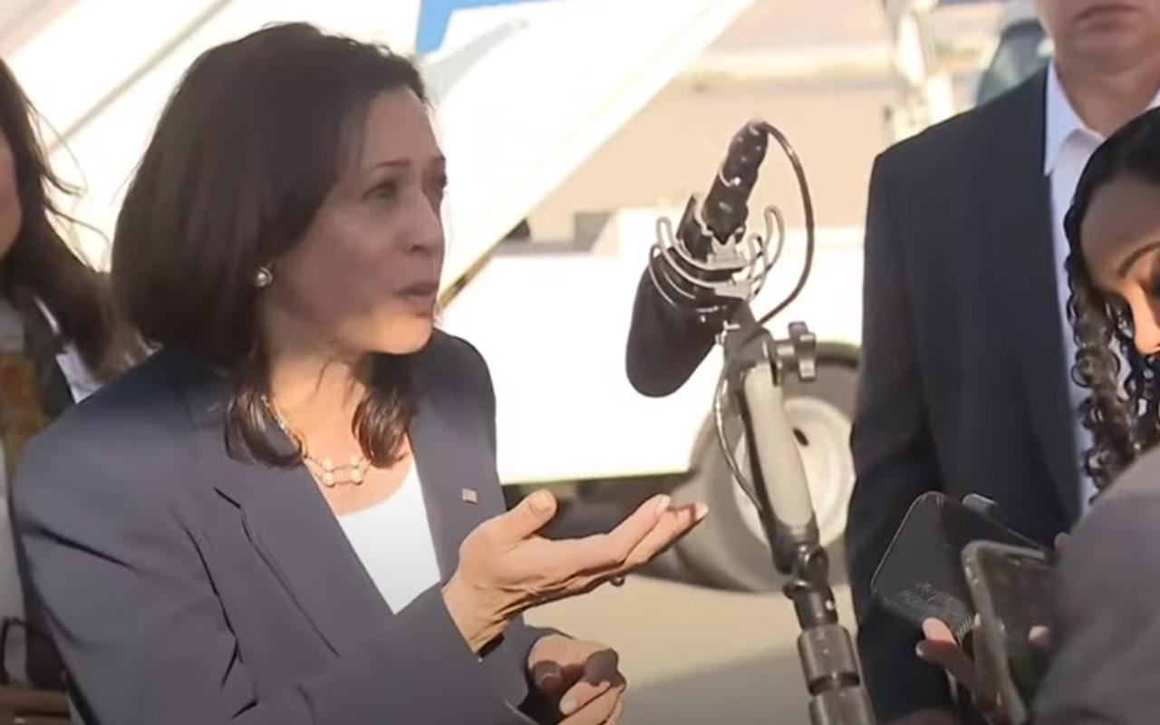 Se reúne Harris con niños migrantes en el Paso