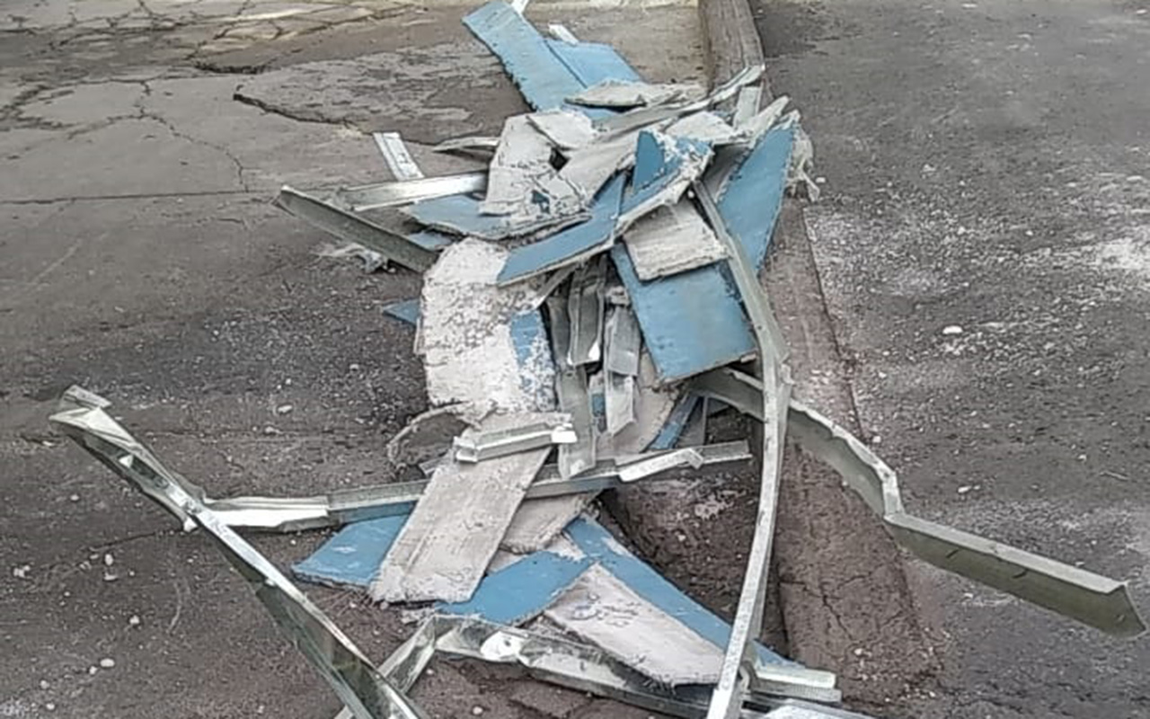 """Cae sobre autos """"plafón"""" de paso peatonal del Metro"""