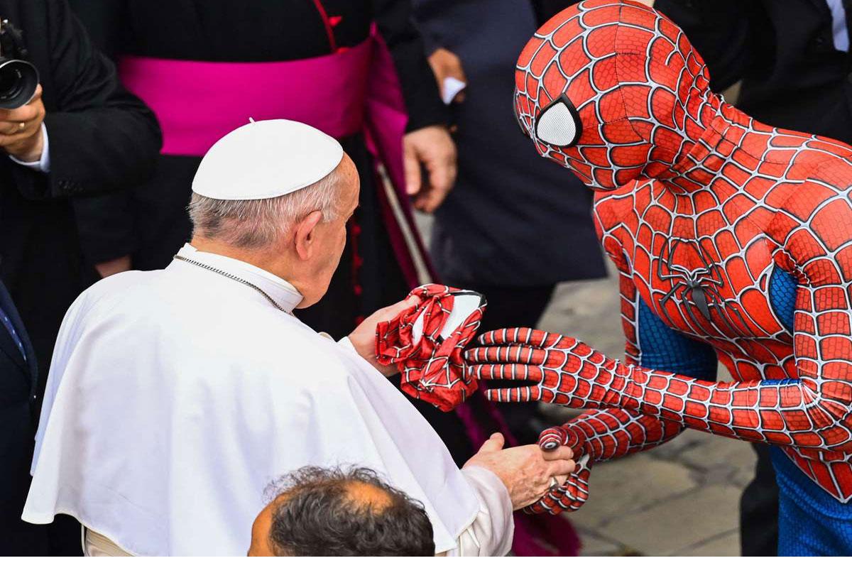 """El papa Francisco recibe la visita de """"Spiderman"""" en el Vaticano"""