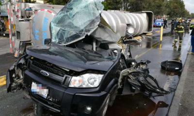 Vuelca pipa sobre camioneta en Iztapalapa; conductor salva la vida