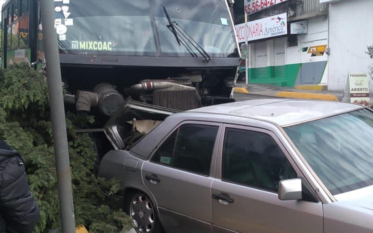 Camión sin frenos provoca carambola de autos en CDMX