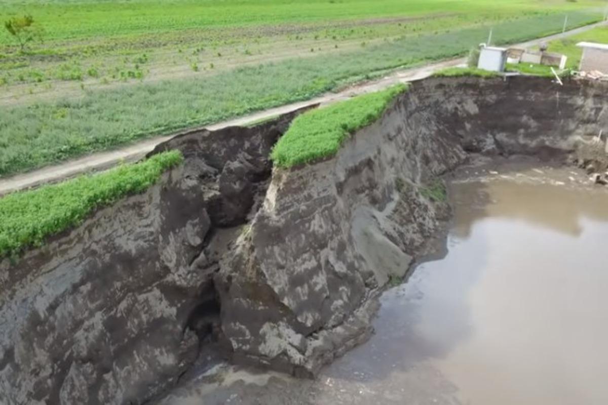 Se abre grieta en socavón de Puebla