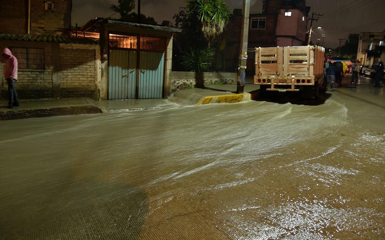 Limpian casas inundadas por lluvias en Edomex
